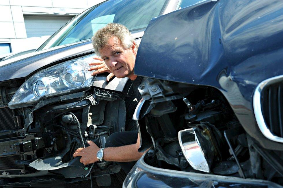 Roar Karlsen hos Vestfold Auto forteller at de får inn mange biler som har skader etter ryggeuhell.