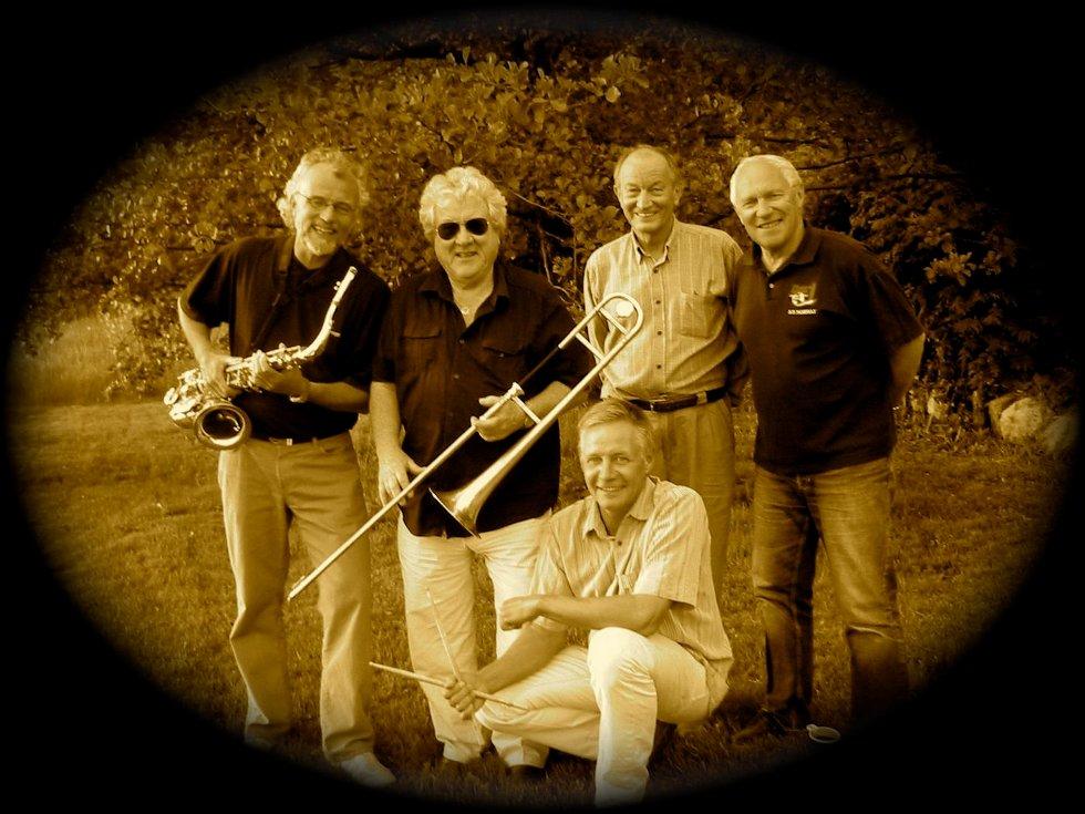 Sommerkonsert: 4PÅ spiller opp med jazzkonsert utenfor Lancelot i kveld. Bak fra venstre Børge Tronrud, Gordon Selmer Nord, Janusz Krzos og Harald Skogli. Ronny Skjold (foran) deltar ikke). FOTO: HARALD SKOGLI.