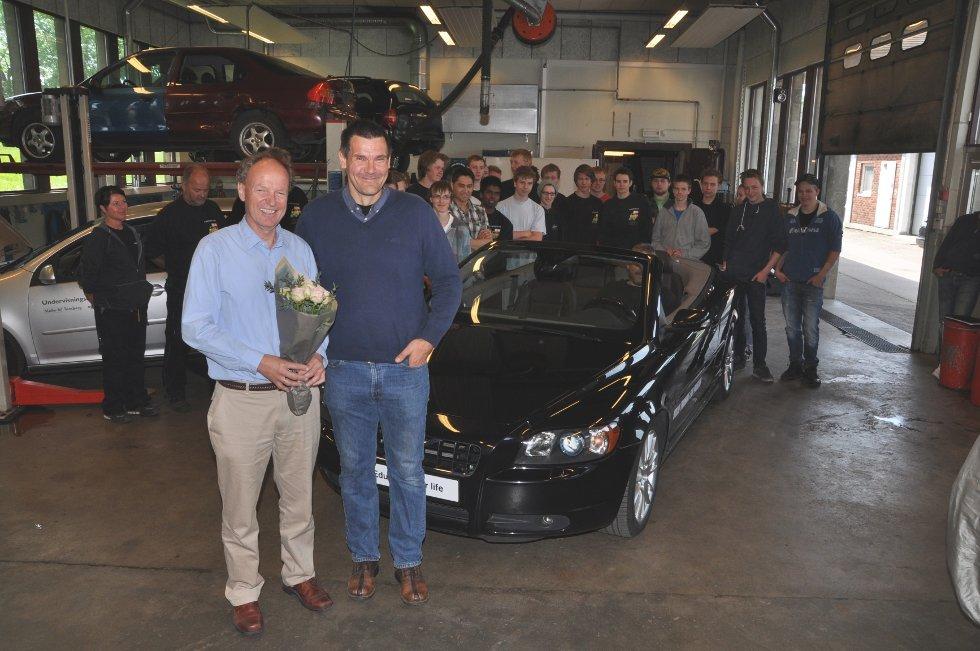 Rektor Per T Eitrem (til venstre) er glad for gaven fra Bil-Service og Kay-Ronny Gasmann