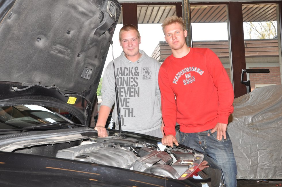 Mekaniker-elevene Remi Nilsen (til venstre) og Thomas Winther-Hansen studerer Volvoen, med fokus på det som er under panseret.