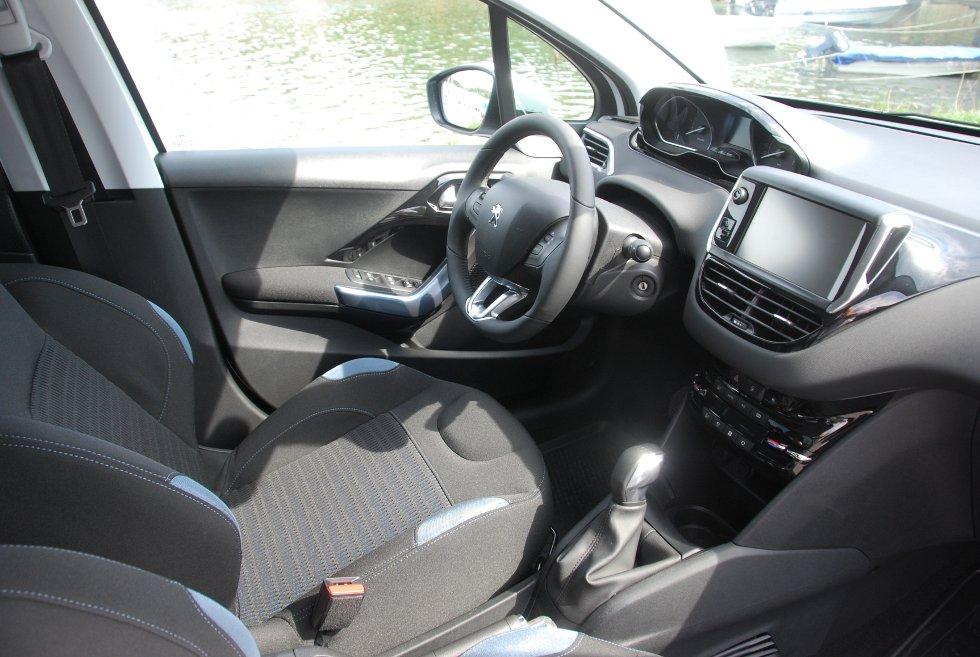 Materialvalget innvendig løfter bilen. Detaljer i blankpolert sort eller børstet aluminium bidrar.