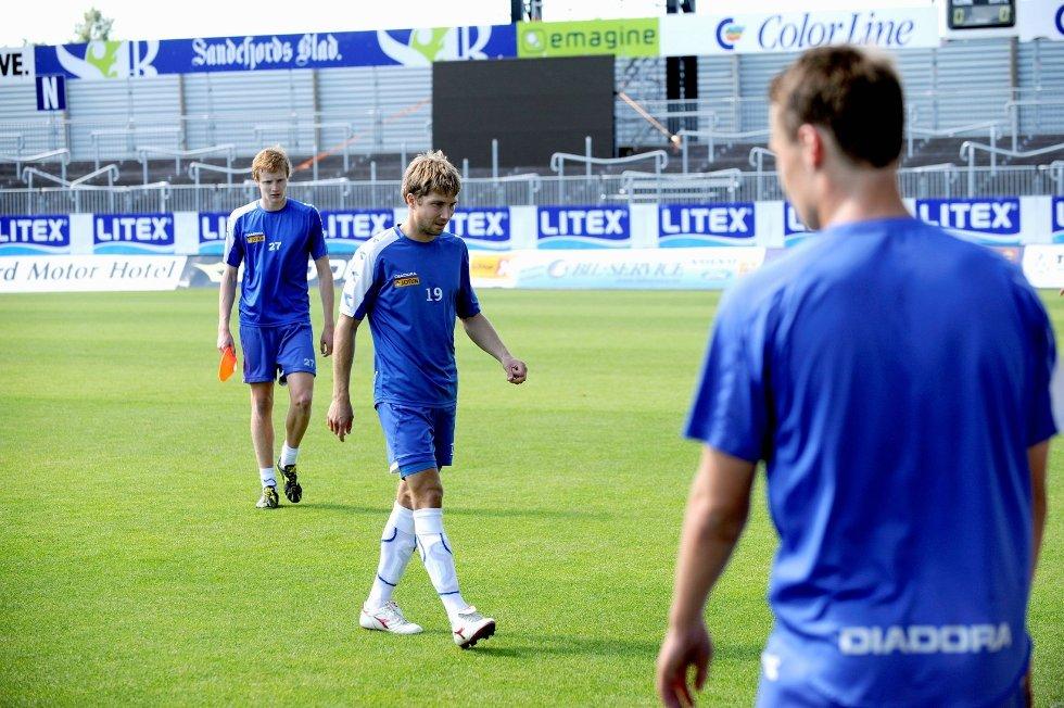 Eirik André Lamøy forbereder seg på en tøff kamp mot tidligere lag-kamerater. Bak går Christoffer Reppesgård.