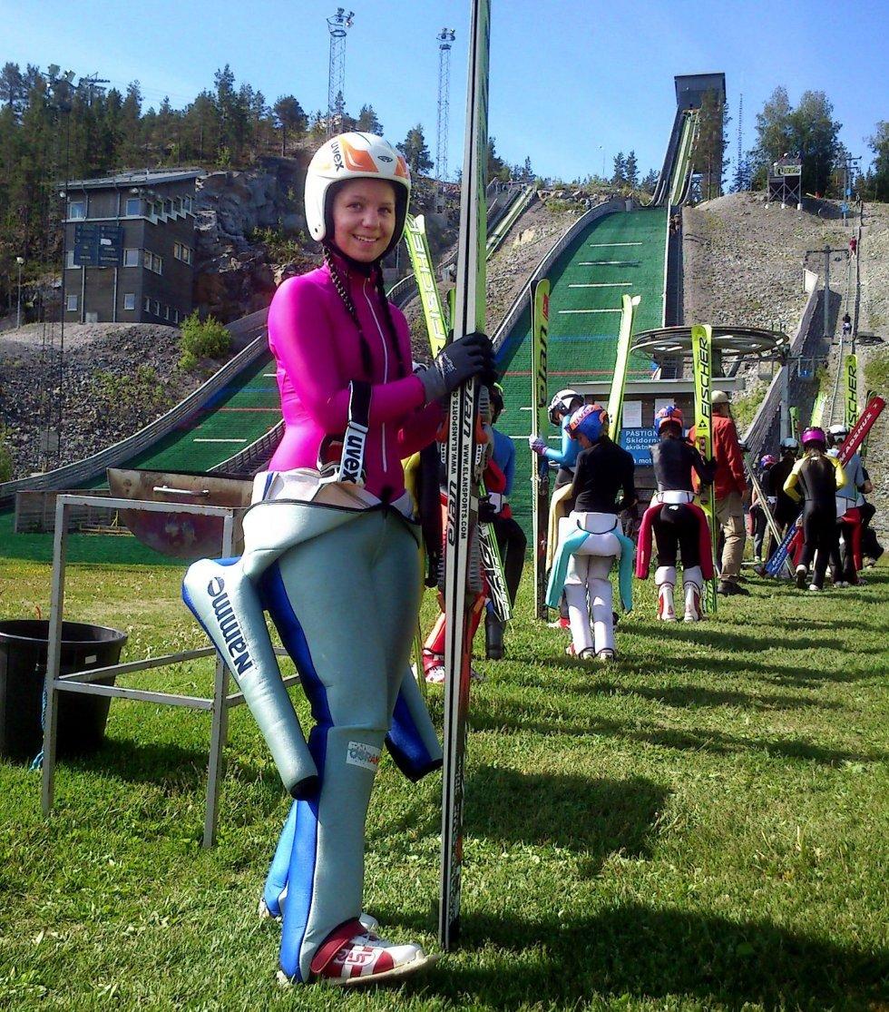 Sara Gunnerud smiler etter sitt comeback som skihopper.  foto privat