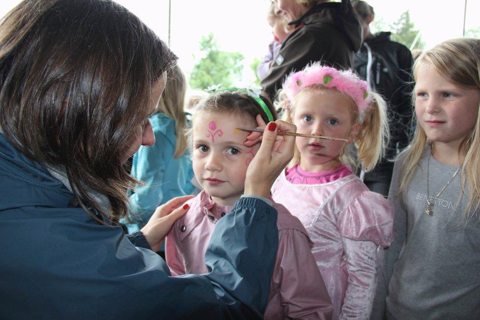 Juli-måned åpnet med barnas dag i Hølen med leker, skuespill og masse annet moro i regi av teatergruppa Bifrost. Her får Naomi Reiss-Bendixen  ansiktsmaling.