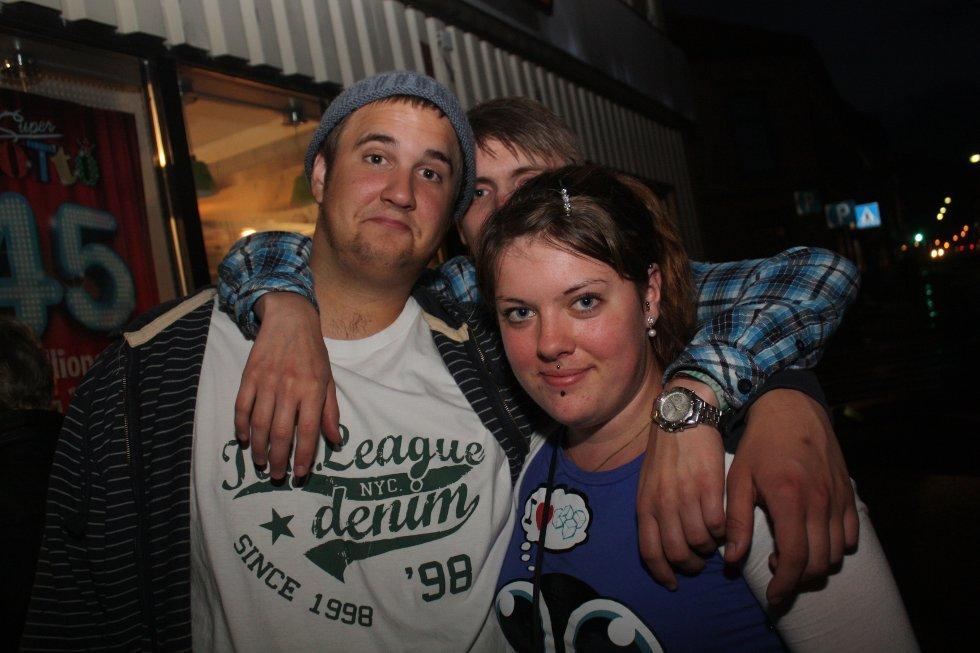 Sam, Jørgen og Line hygger seg ute i Holmestrand en fredagskveld.