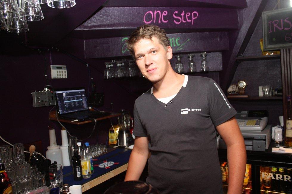 Leif Morten serverer Holmestrandsfolket med noe godt i glassene.