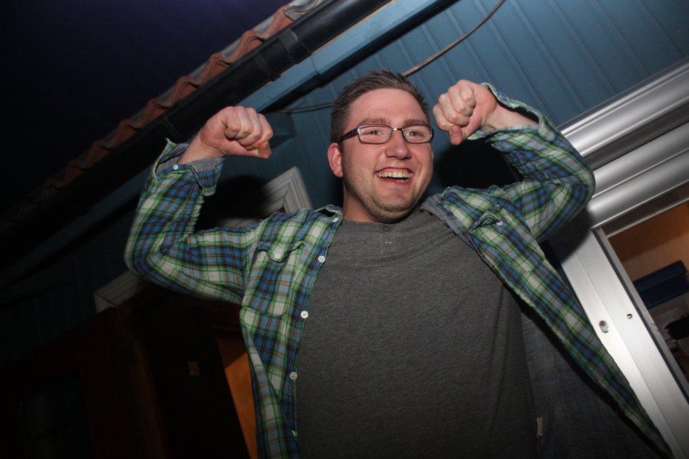 Jojo viser muskler til fotografen. Her i bakgården på Bache Bar.