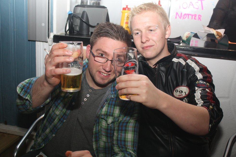 Jojo og Kalle koser seg med en kald pils på Bache Bar denne fredagen.