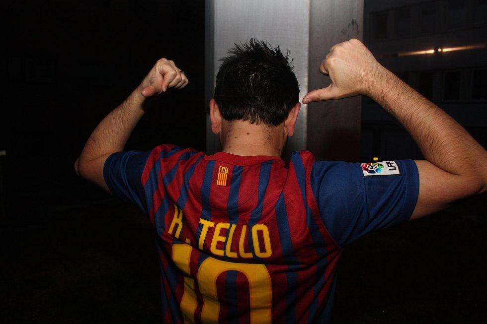 Stolt viser han frem Barcelona-drakten sin utenfor Bache Bar.
