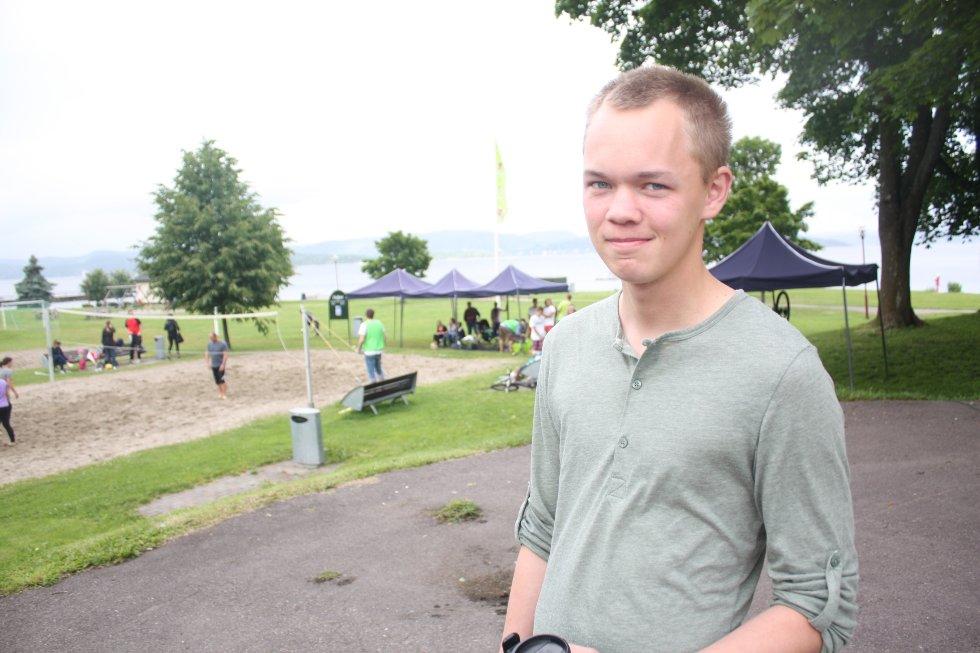 Esbjørn har tatt turen til Dulpen for å se på volleyball-turnering denne lørdagen.