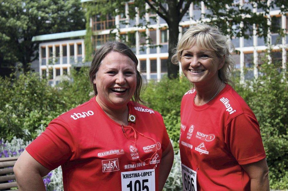 FØLER SEG KLARE: Marianne Evensen og Hanne Sandum Larsen var blide og positive rett før startskuddet gikk for 5 km går.      Foto: Maria Høier Sandvik