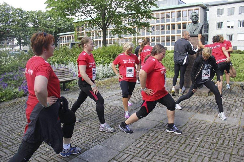 STREKKER UT: Her strekker deltakerne ut, mens trener Hilde Grennes (til høyre i sort) kommer med tips. Foto: Maria Høier Sandvik