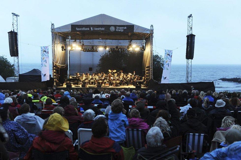 FÅ FOLK: Regnet gjorde at fyrverkerikonserten ikke helt ble den publikumsmagneten man hadde håpet på.      Foto: Harald Strømnæs