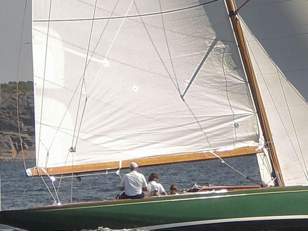 I SAMME BÅT: Her er kongen og dronningen i kongens seilbåt «Sira». De kongelig er ofte å se med båt i Tjøme-skjærgården.     Foto: Terje Wilhelmsen