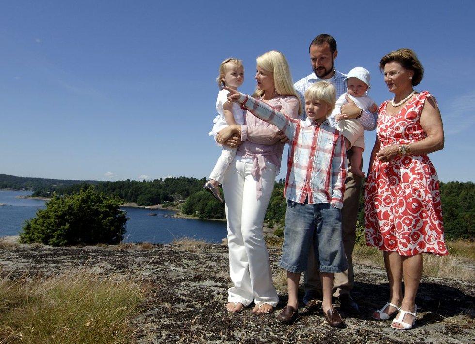 PÅ BESØK: Selv om kronprinsfamilien har fått sitt eget sommersted på Sørlandet, er de ofte på besøk hos kongeparet på Mågerø. Her sammen med dronningen. Bildet ble tatt da kronprinsen fylte 33 år.Foto: Per Gilding