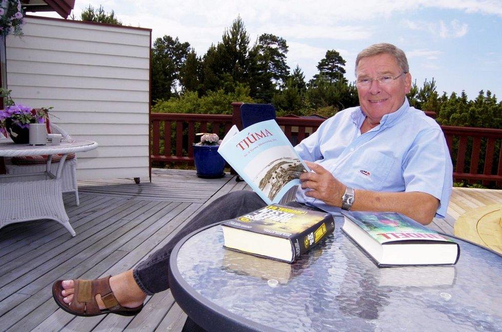 NESTEN TJØMLING: Vidar Lønn-Arnesen har vært og er på Tjøme så mye at han mener han nesten kan kalle seg tjømling. Her slapper han av på terrassen på hytta med blant annet det lokale historielags tidsskrift Tjuma.      Foto: Terje Wilhelmsen