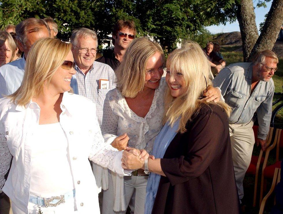 SVÆRT POPULÆR: Hanne Krogh er en svært populær hyttegjest. Spesielt setter mange pris på hennes konserter i Hvasser kirke. Her får hun hyggelige tilbakemeldinger etter en av disse.Foto: Per Gilding