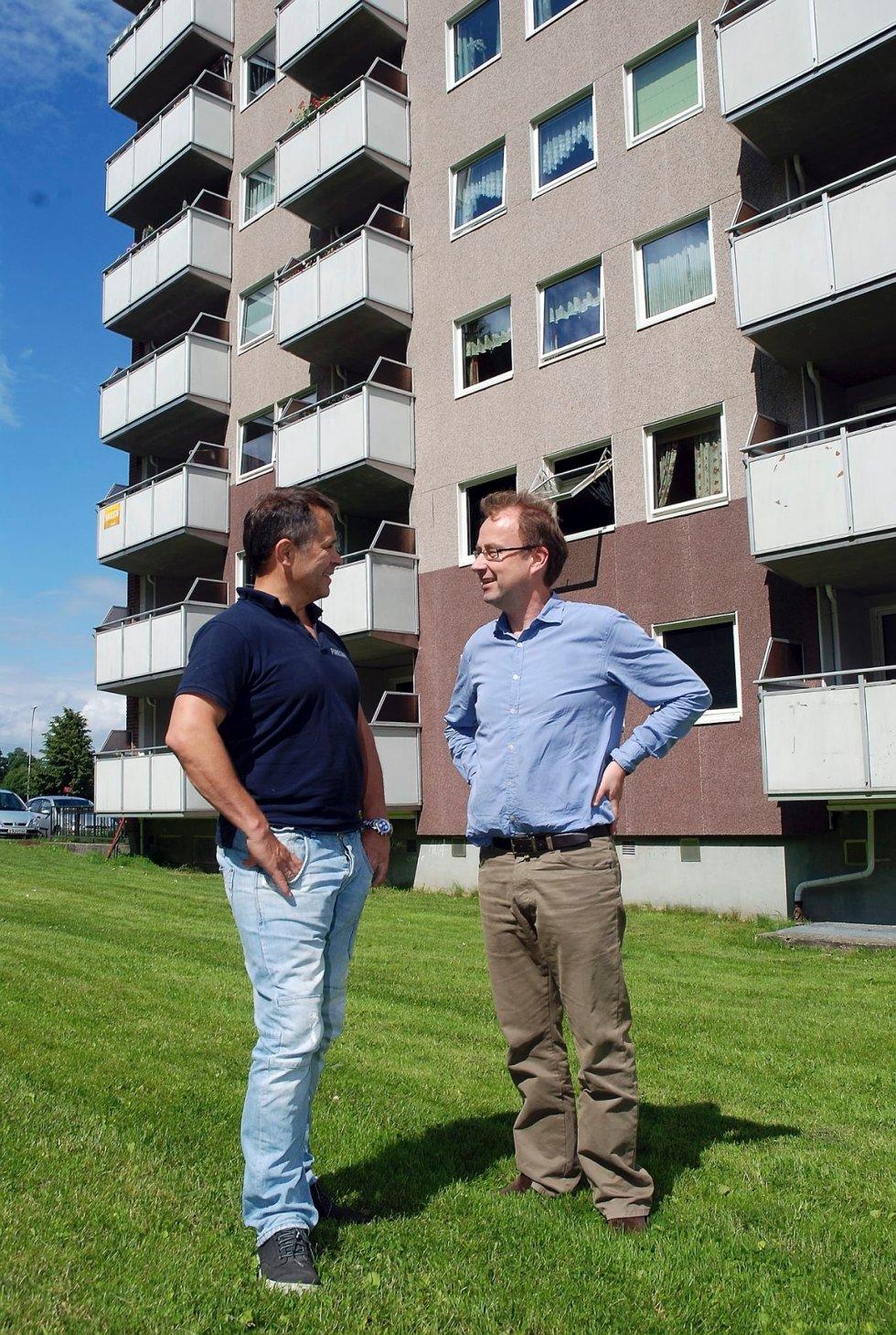 Espen Sandtrøen (t.v.) og Morten Ameln i brannsikringsselskapet Firesafe advarer mot brannfarlige balkonger. I verste fall kan de kollapse og dermed gjøre en brannsituasjon enda farligere enn den er i utgangspunktet.