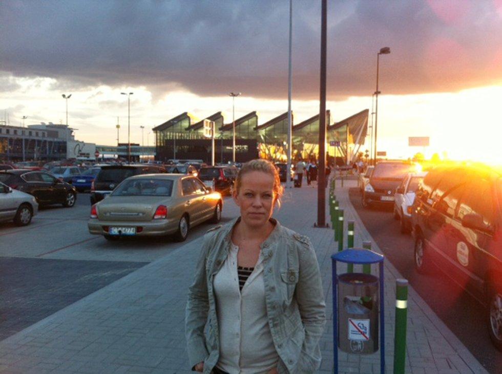 Sigrid Holmsen har vært på tur til Gdansk i Polen og er skuffet over at hun må vente på flyplassen i en natt ekstra.