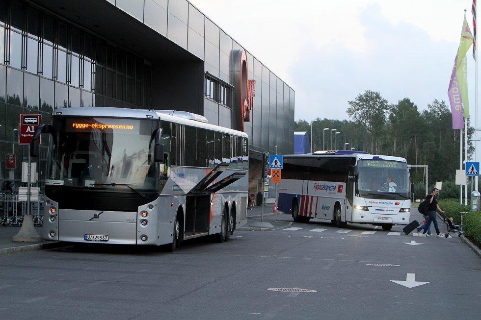 Moss Lufthavn Rygge er stengt og passasjerene er fraktet bort med busser.
