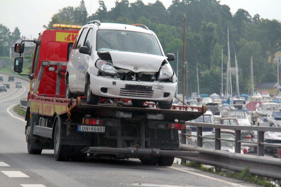 MATERIELLE SKADER: Personbilen ble påført materielle skader i fronten og måtte fraktes bort av Viking. FOTO: KIM VAN DER LINDEN
