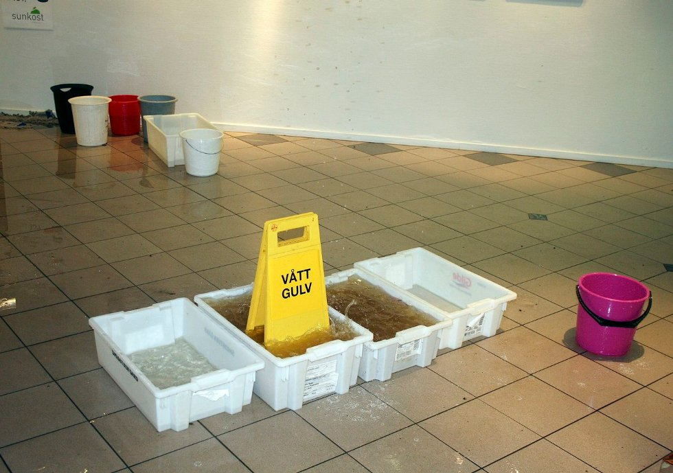 VANNLEKKASJE: Mandag rant vannet inn på Trekanten i Asker. Hva som er årsaken til vannlekkasjen er et mysterium. FOTO: MARTIN WRIGHT