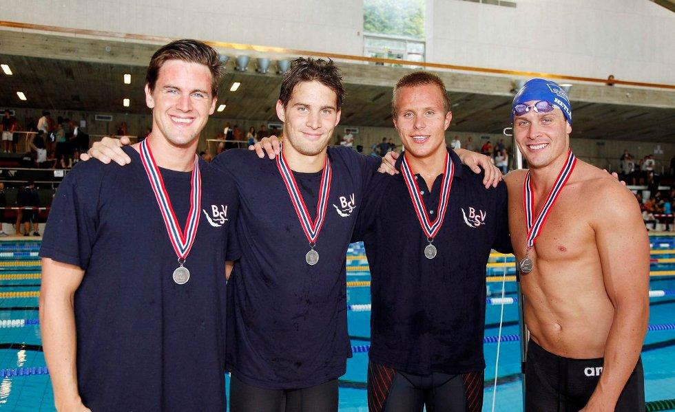 Bærumsvømmernes stafettlag som tok sølv på medleystafetten. Fra venstre: Lars André Tolås, Øystein R. Hetland, Rasmus Skjerpe og Aleksander Hetland.