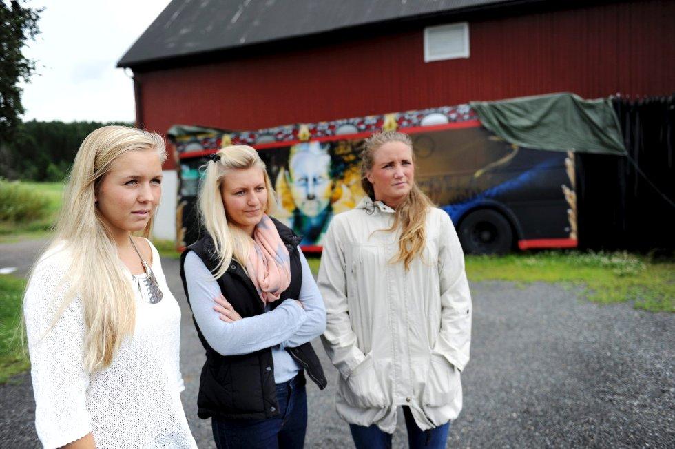 SKUFFET: Lene Haslestad (f.v.), Karianne Gran og Maria Våraker var blant de 18 jentene som ryddet på Slottsfjell. De er skuffet over behandlingen de har fått, men synes det er bra at festivalsjefen legger seg flat. Det var totalt 27 jenter på russebussen «Cirque Du Soleil».