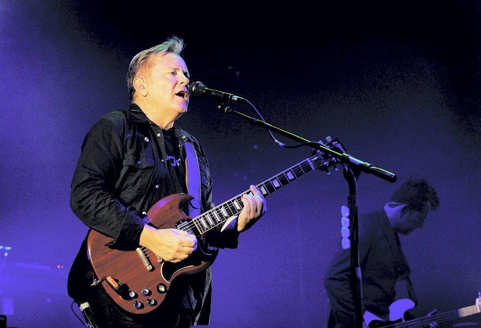 LEGENDER: New Order regnes som et av tidenes mest innflytelsesrike band. Vokalist Bernard Sumner i aksjon i Berlin.Foto: Thomas Olsen