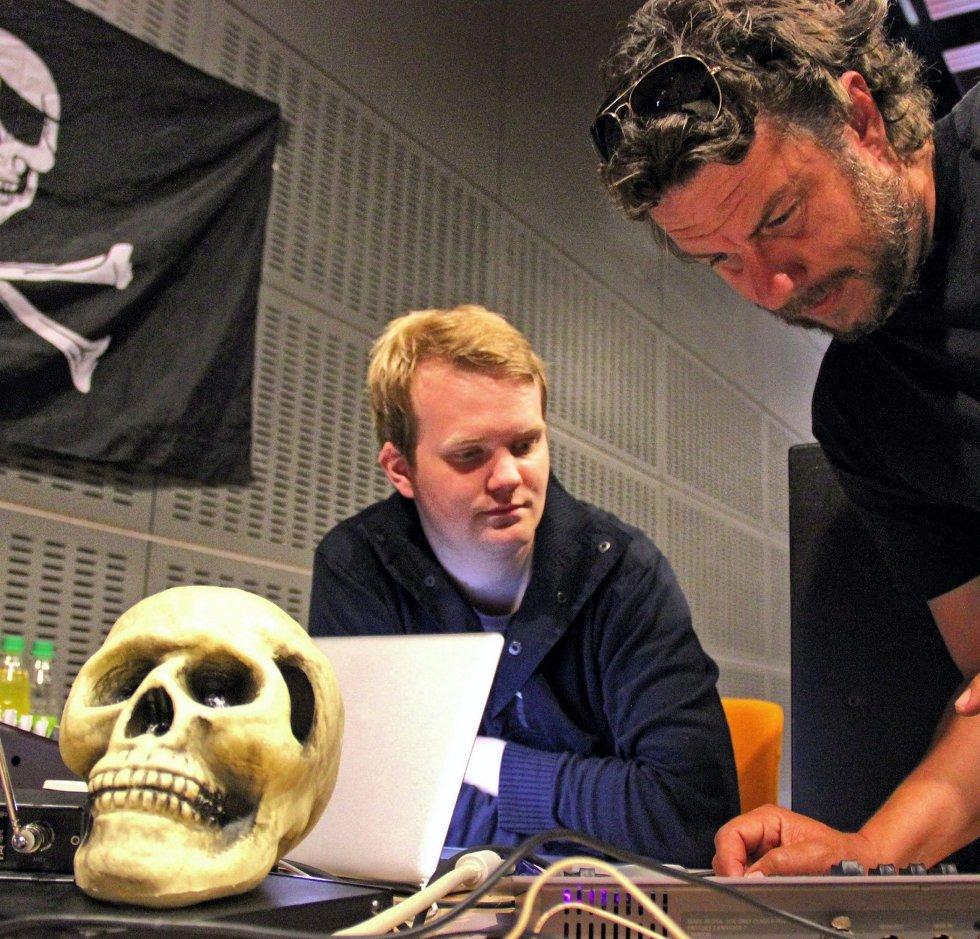 Ole Jacob Lindberg og lydmann Christian Jacobsen gjør den siste finpussen før showet.