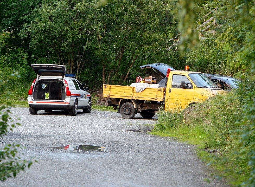 TATT PÅ FERSKEN: De polske smuglerne forsøkte å skjule Chrysleren sin bak denne gule lastebilen da de ble tatt. FOTO: TORE GURIBY