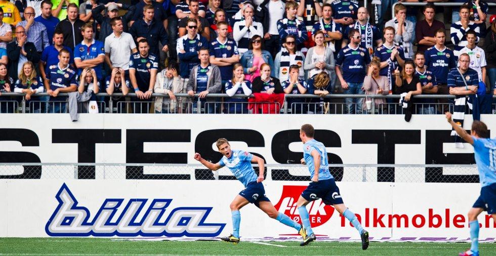 Vegard Aanestad (t.v.) jubler etter å ha scoret Sandnes Ulfs første mål under eliteseriekampen i fotball mellom Strømsgodset og Sandnes Ulf på Marienlyst stadion i Drammen mandag kveld.