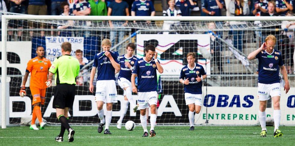 Lars Iver Strand (i midten) og resten av Strømsgodset depper etter at Sandnes Ulf tok ledelsen under eliteseriekampen i fotball mellom Strømsgodset og Sandnes Ulf på Marienlyst stadion i Drammen mandag kveld.