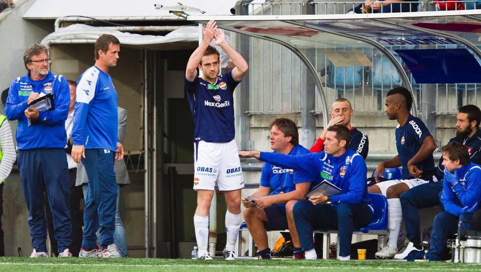 Kim André Madsen takker hjemmepublikumet for støtten etter han fikk sitt andre gule kort for kvelden, og dermed ble utvist med rødt kort, under eliteseriekampen i fotball mellom Strømsgodset og Sandnes Ulf på Marienlyst stadion i Drammen mandag kveld.
