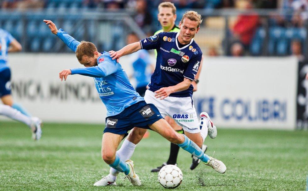 Øyvind Storflor (t.h.) i duell med Steinthor Thorsteinsson, som var involvert i begge av Strømsgodsets to røde kort, under eliteseriekampen i fotball mellom Strømsgodset og Sandnes Ulf på Marienlyst stadion i Drammen mandag kveld. Kampen endte 2-1.