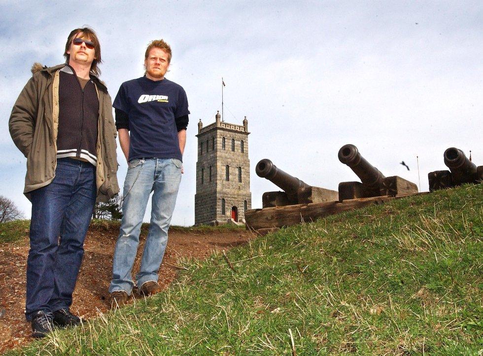 Erlend Mogård-Larsen (til venstre) og Kristoffer Rød håpet i 2003 å kunne dra i gang Slottsfjell Festival i august. Og festival ble det. Slottsfjellfestivalen er i år i sitt tiende år.