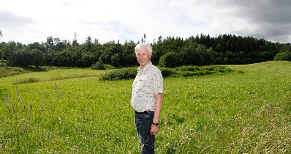 PÅ JORDENE: Arne Eggen mener jordene heller bør brukes til gravplass enn flere boliger. FOTO: ANETTE ANDRESEN