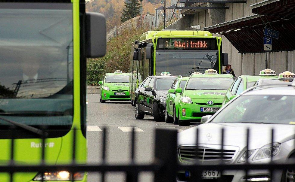 MILJØVENNLIG: For at drosjeeiere og privatpersoner skal kunne velge miljøvennlige kjøretøy, må myndighetene bidra til nok hurtigladestasjoner og biogass-stasjoner. FOTO KARL BRAANAAS