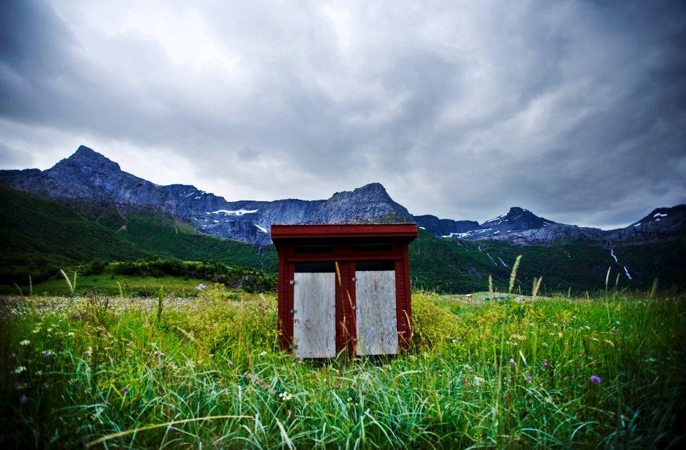 Når det først oppstår dokrise er denne utedoen i idylliske omgivelser ikke så aller verst å gjøre fra seg på. Bildet er fra Steigen i Nordland.