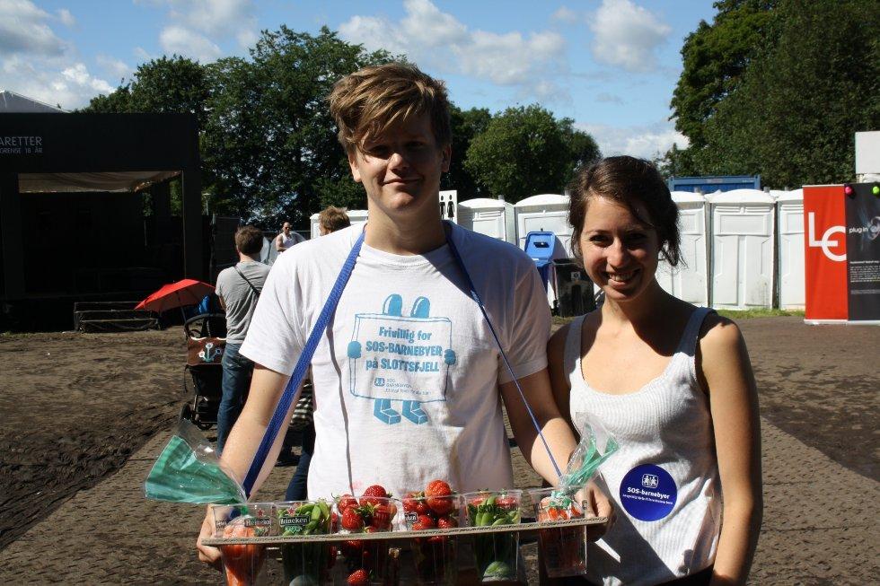 Jan Erik og Kristine vil veldig gjerne hjelpe sos barnebyer, og selger frukt og grønt med et smil