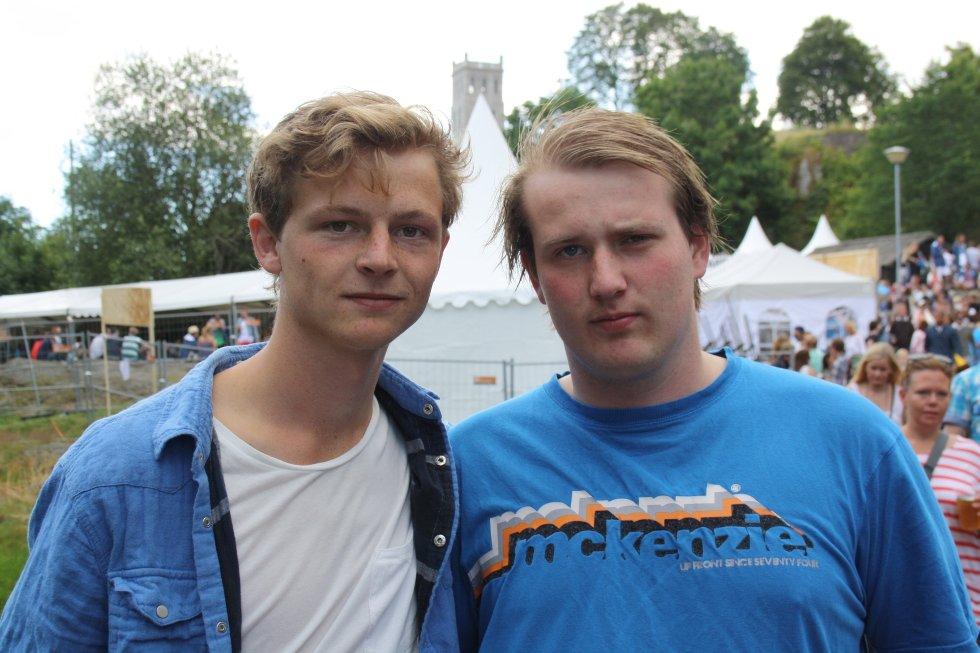 Joachim og Håvar prøver å søke ly fra regnet, men sier selvfølgelig ja til et bilde