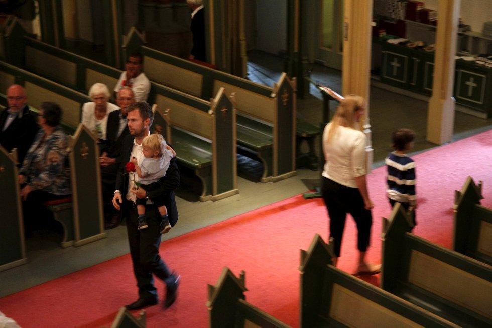 Minnegudstjeneste i Bragernes kirke 22. juli 2012, ett år etter terrorhandlingene i Oslo og på Utøya. Til stede var familiene til Modupe Ellen Awoyemi, Sharidyn Svebakk-Bøhn og Birgitte Smetbak som alle mistet livet på Utøya. Her: Torgeir Micaelsen med sønnen Julius.