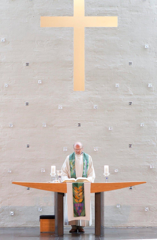 Det ble en annerledes og sterk gudstjeneste for de få som hadde møtt opp i Lommedalen kirke søndag 22. juli. (Foto: anette andresen)