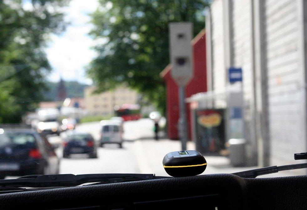 VARLSER: Den lille GPS-senderen i frontruta uler hvis sjåføren ligger over fartsgrensen i det fotoboksen nærmer seg. FOTO: SOKO AS