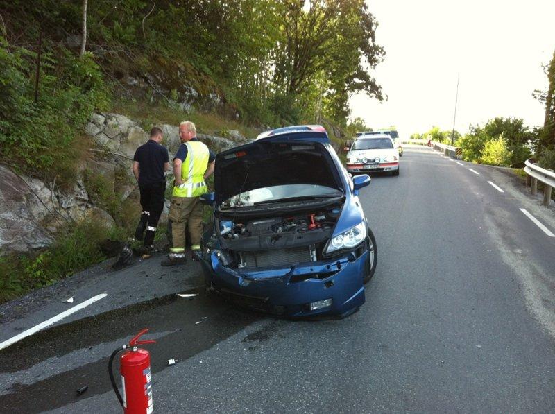 Bilen slo inn i fjellveggen og havnet tilbake på veien som totalvrak.