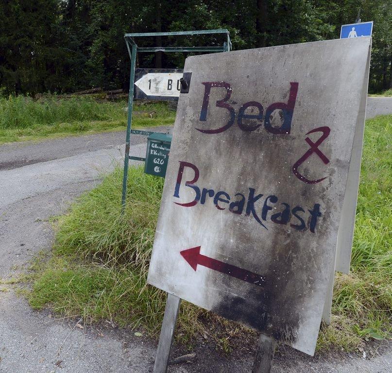 PÅTENT: Nordbotten leier ut overnattingsrom på gården. Skiltet bærer preg av brannskader.