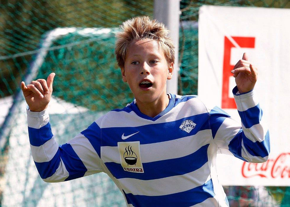 Høvik 2 tok seg sammen og karet til seg ett poeng. Her jubler Henrik Aksnes for scoring.