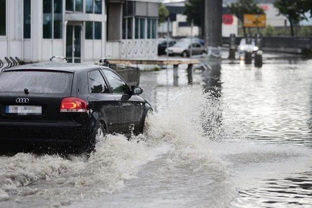 Da regnet bøttet ned over Drammen 9. juli ble deler av parkeringsplassen på CC Varehus oversvømt med vann.