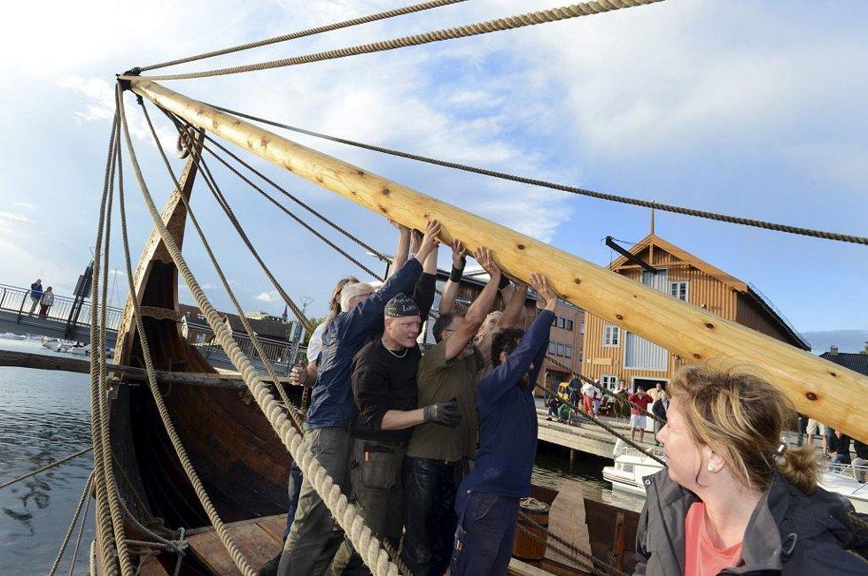 Den 250 kilo tunge masten ble tirsdag reist på Saga Oseberg. Mastesjef Lars Bill (i lue) har arbeidet på masten siden påske. Alle foto: Per Gilding