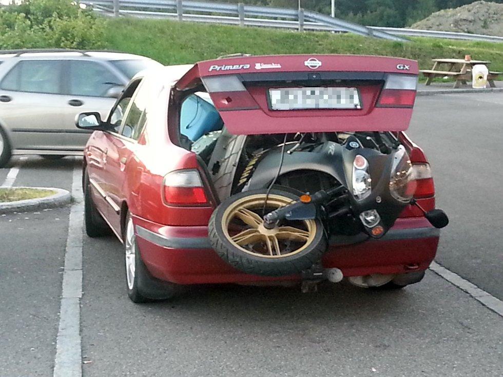 Mopeden var ikke det eneste som var stjålet på dette bildet.